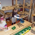 In unserer Werkstatt können sich die Kinder kreativ und selbstständig ausprobieren ...