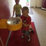 ... und an unseren Trinkbrunnen gelingt das auch schon den Kleinsten im Kinderhaus.