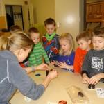 Jedes Kind darf einen Pflaumentoffel aufbauen