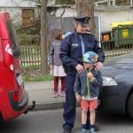 Zusammen mit der Polizistin wird geübt!